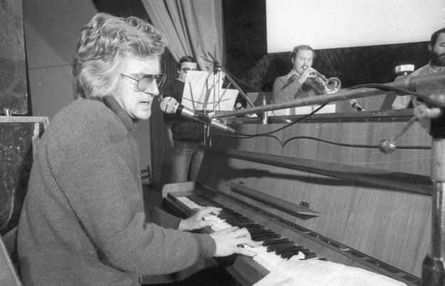 Kraków 1982. Piosenkarz i muzyk Zbigniew Wodecki w czasie prób z zespołem /PAP/Maciej Sochor /PAP
