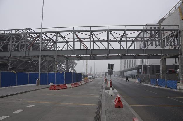 Kraków Airport w intensywnej rozbudowie (na zdjęciu kładka z dworca kolejowego, hotelu i parkingu) /