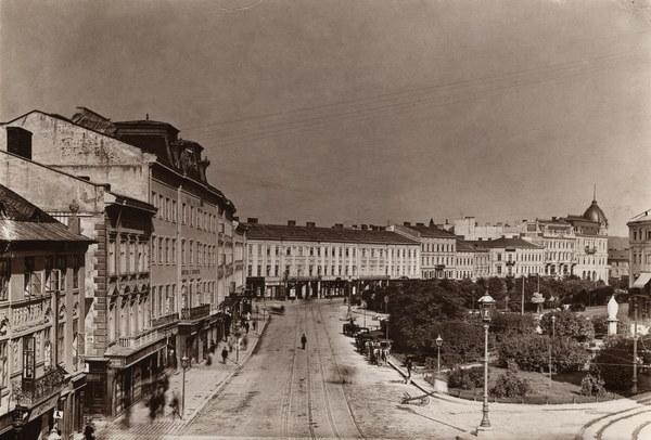 Lwów, plac Mariacki, fontanna z figurą Cudownej Matki Boskiej (ok. 1900 r.), w centrum stacja dorożek miejskich