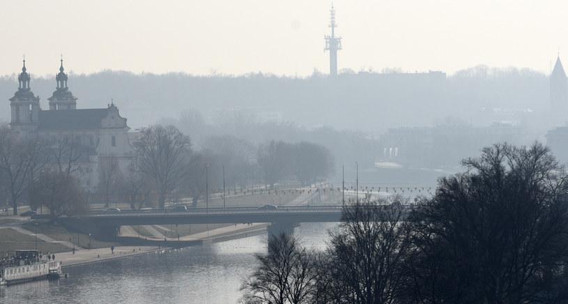 Kraków jest jednym z najbardziej zanieczyszczonych miast w Polsce. Ale problem smogu dotyczy wielu miejscowości w naszym kraju. /Marek Lasyk/REPORTER  /East News