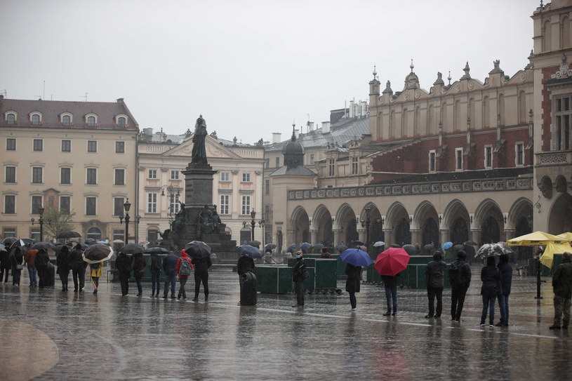 Kraków, kolejka do mobilnego punktu szczepień /PAP/Łukasz Gągulski /PAP