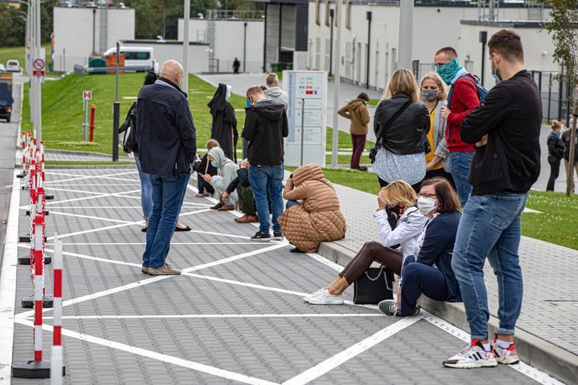 Kraków: Kolejka do wykonania wymazów na koronawirusa w Szpitalu Uniwersyteckim /Anna Kaczmarz/Polska Press /Getty Images