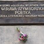Kraków: Pamiątkowa tablica na domu rodzinnym Szymborskiej