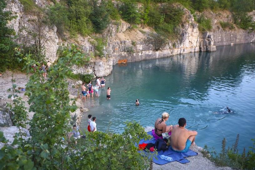 Krakowianie i przyjezdni chętnie spedzają upalne letnie dni nad zalewem Zakrzówek choć obowiązuje tam ścisły zakaz kąpieli i co jakiś czas dochodzi do utonięć /Reporter