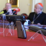 Krakowska kuria pokazała pistolet Ali Agcy. Kard. Dziwisz: To dowód świętości