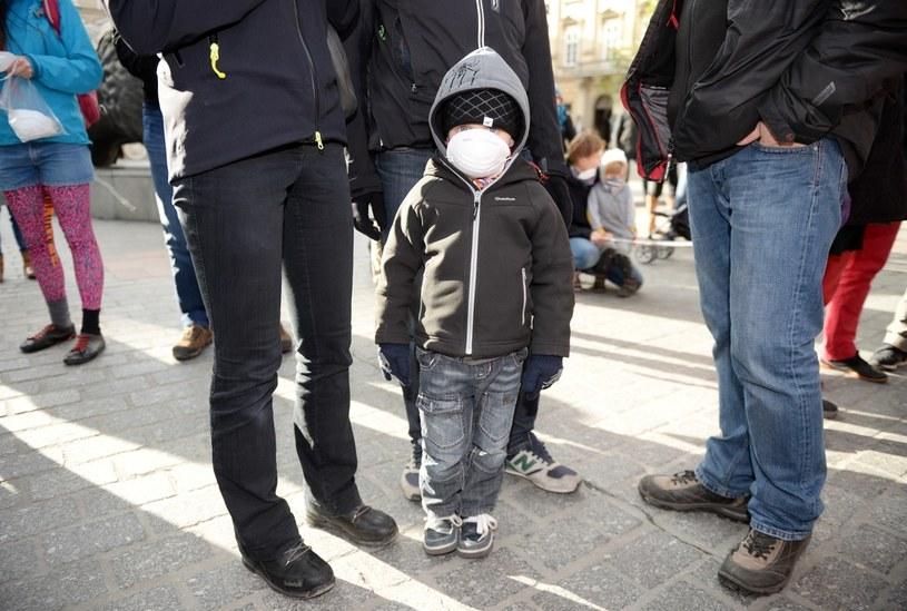 Krakowski Alarm Smogowy zorganizował happening w trakcie którego krakowianie w maskach przeciwsmogowych utworzyli z ludzi napis SOS /Piotr Guzik /Agencja FORUM