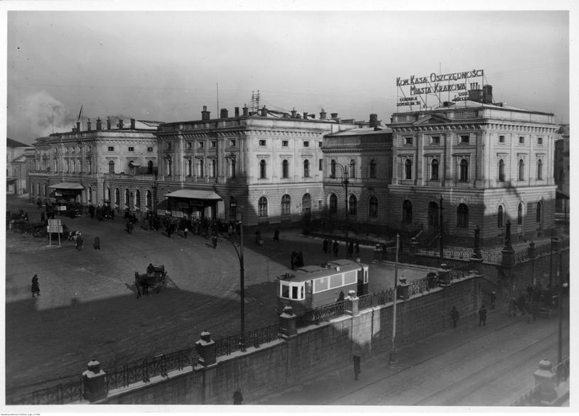 Krakowski Dworzec Główny – (zdjęcie z 1940 roku), przed który późnym wieczorem 29 stycznia 1944 roku zajechały limuzyny z Hansem Frankiem i Wilhelmem Koppem oraz towarzyszącymi im oficerami i urzędnikami administracji GG /Odkrywca