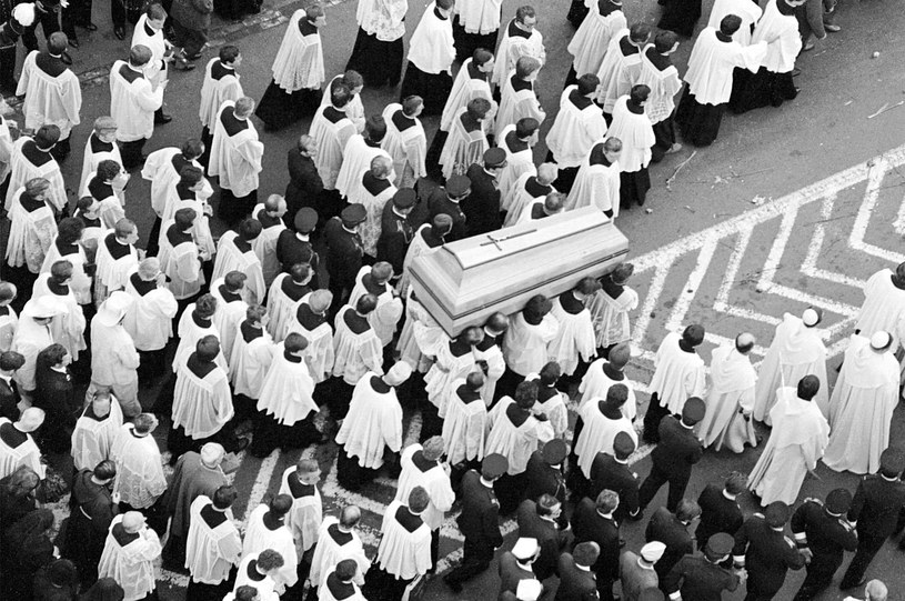 Krakowskie Przedmieście w Warszawie w dniu pogrzebu Prymasa Tysiąclecia, widok z dzwonnicy kościoła św. Anny /Janusz Fila  /Agencja FORUM