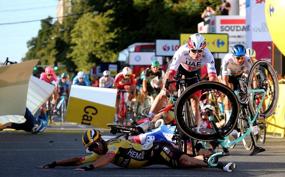 Kraksa na mecie 1. etapu wyścigu kolarskiego 77. Tour de Pologne z Chorzowa do Katowic / Andrzej Grygiel    /PAP
