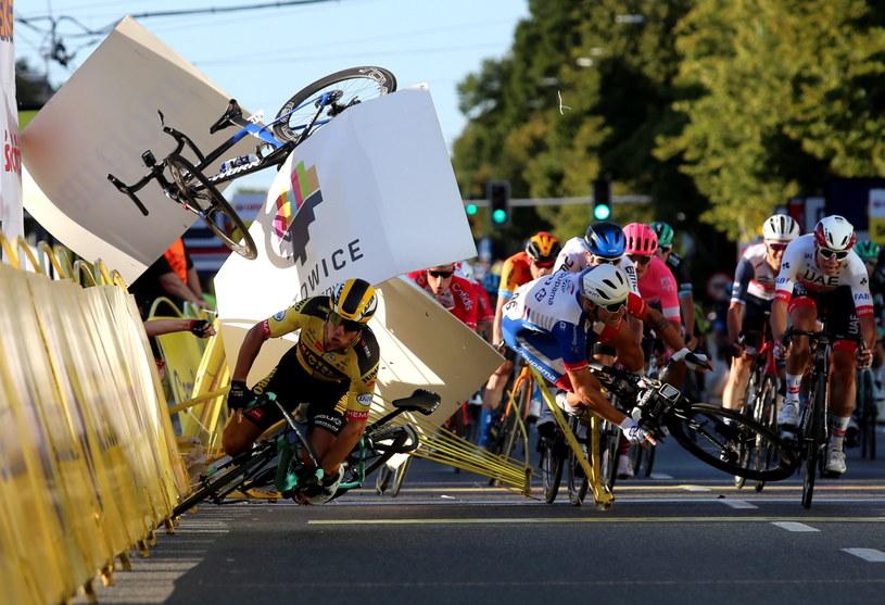 Kraksa na mecie 1. etapu wyścigu kolarskiego 77. Tour de Pologne z Chorzowa do Katowic /Andrzej  Grygiel /PAP