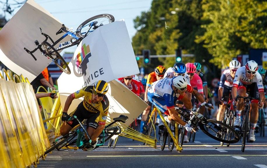 Kraksa na mecie 1. etapu wyścigu kolarskiego 77. Tour de Pologne / Andrzej Grygiel    /PAP