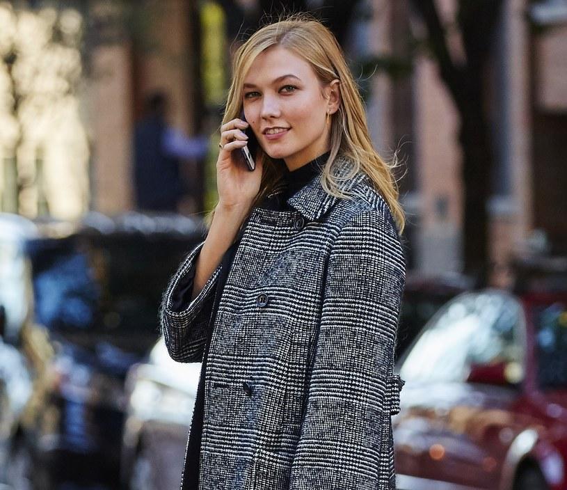 Krata to niewątpliwie jeden z najpopularniejszych i najbardziej uniwersalnych wzorów w historii mody. Na zdj. Karlie Kloss /East News