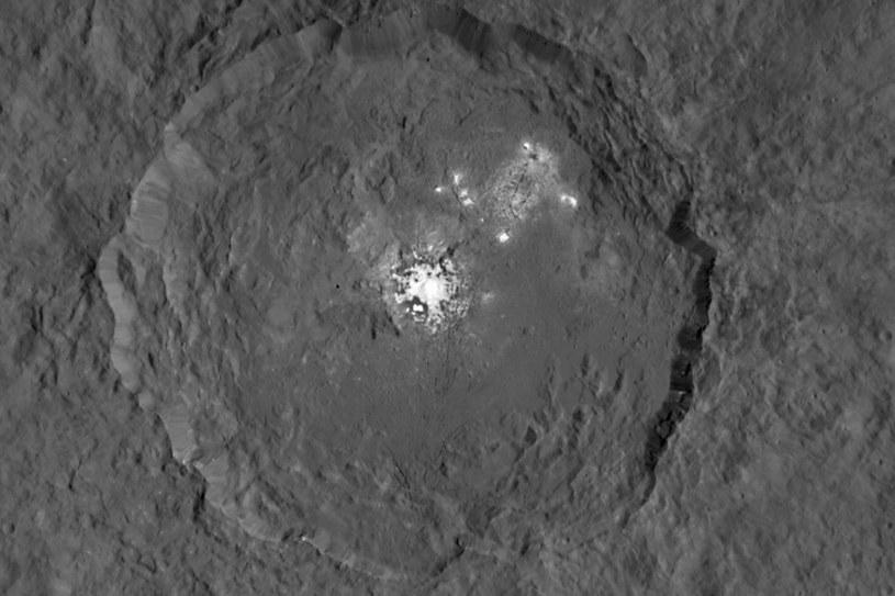 Krater Occator na Ceres z tajemniczymi jasnymi obszarami w swoim wnętrzu /NASA