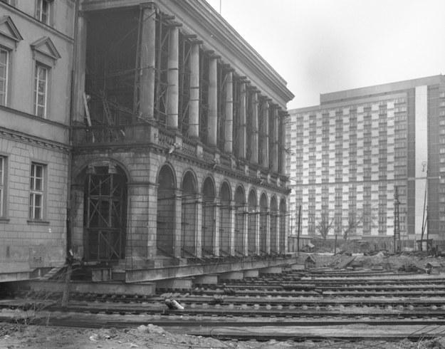 Kratownice i torowiska służące do przesuwania pałacu. Widoczne rusztowania wzmacniające budynek /Z archiwum Narodowego Archiwum Cyfrowego