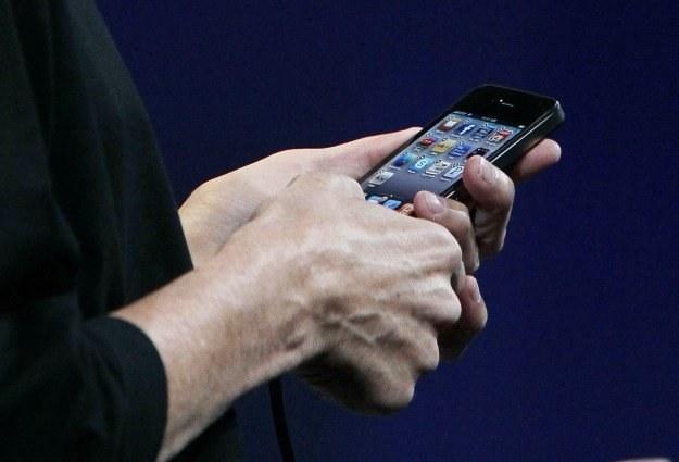Krążąca na Facebooku wiadomość o darmowych iPhone'ach to kolejna sztuczka oszustów /AFP