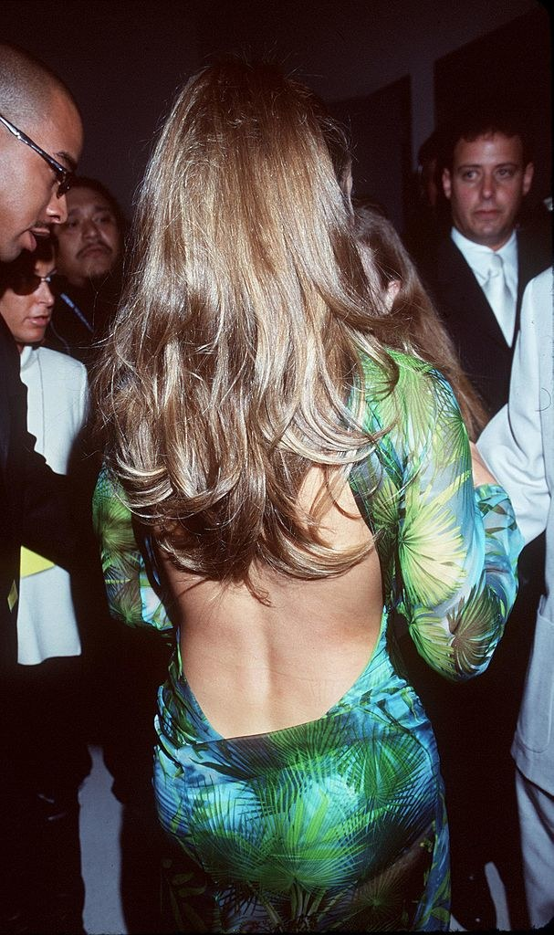 Kreacja projektu Versace miała bardzo głęboki dekolt, rozcięcie na nogach i odkryte plecy /Getty Images
