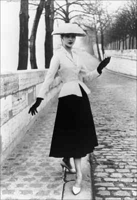 Kreacja z kolekcji Christiana Diora z 1947 roku /arch. AFP