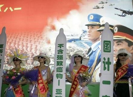Kreatywne, chińskie podejście do kwiestii kondomów... /AFP