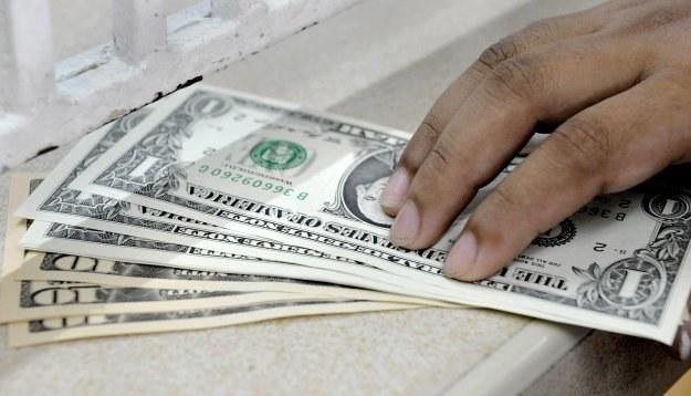 Kredyt mieszkaniowy w dolarach ma w ofercie standardowej zaledwie kilka banków /AFP