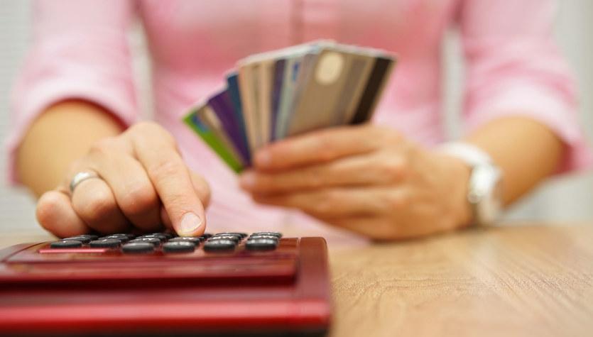 Kredyt odnawialny i debet – czym się różnią?
