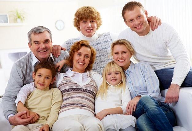 Kredytobiorca może łączyć swój dochód z dochodem rodziny /©123RF/PICSEL