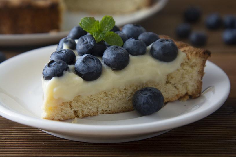 Krem budyniowy jest idealny do tart, tortów i babeczek. Dekoruj nim wypieki tuż po jego przyrządzeniu, bo  jak włożysz go do lodówki, to szybko stężeje /123RF/PICSEL