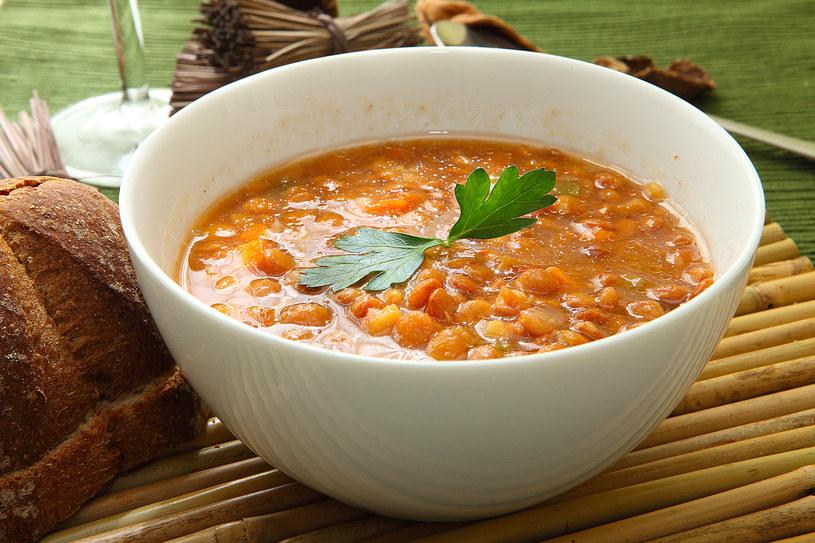 Kremowa zupa z czerwonej soczewicy z pstrągiem /123RF/PICSEL