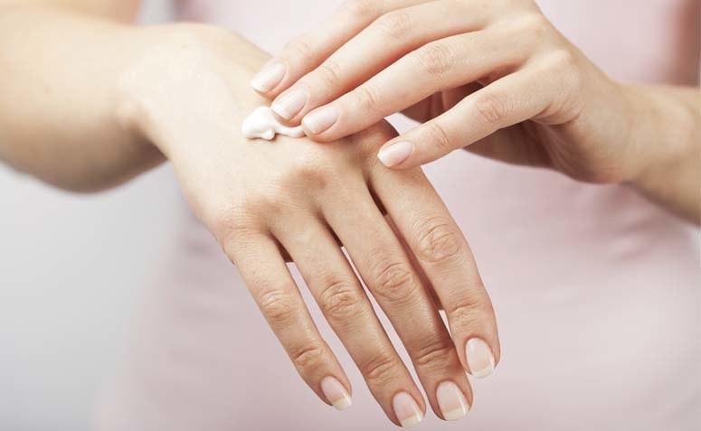 kremowanie dłoni /© Photogenica