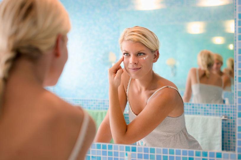 Kremy liftingujące to świetne rozwiązanie zarówno dla tych kobiet, które dopiero zauważają pierwsze oznaki starzenia się skóry twarzy /123RF/PICSEL