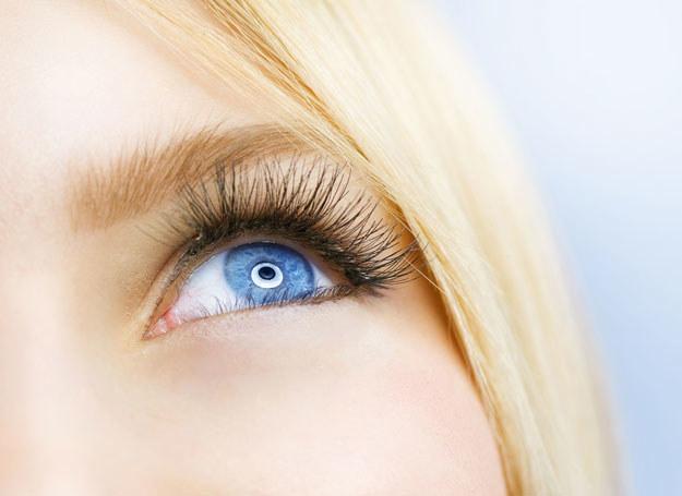 Kremy, maseczki, delikatny masaż - to sprawdzone sposoby na gładszą skórę pod oczami /123RF/PICSEL
