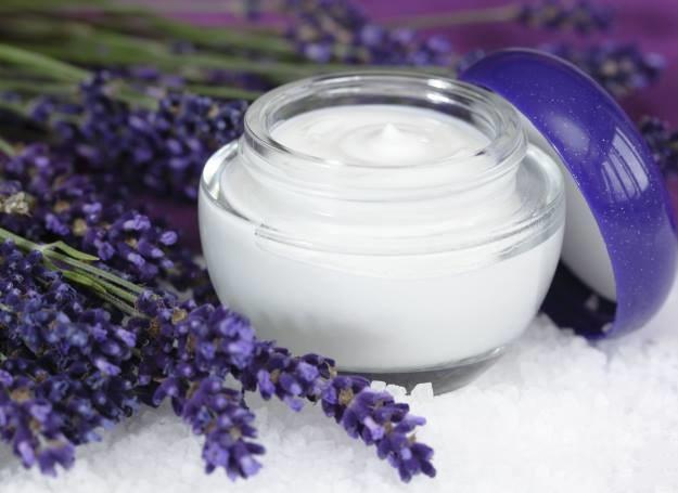 Kremy z kwiatowymi olejkami znakomicie najwilżają i regenerują skórę /123RF/PICSEL
