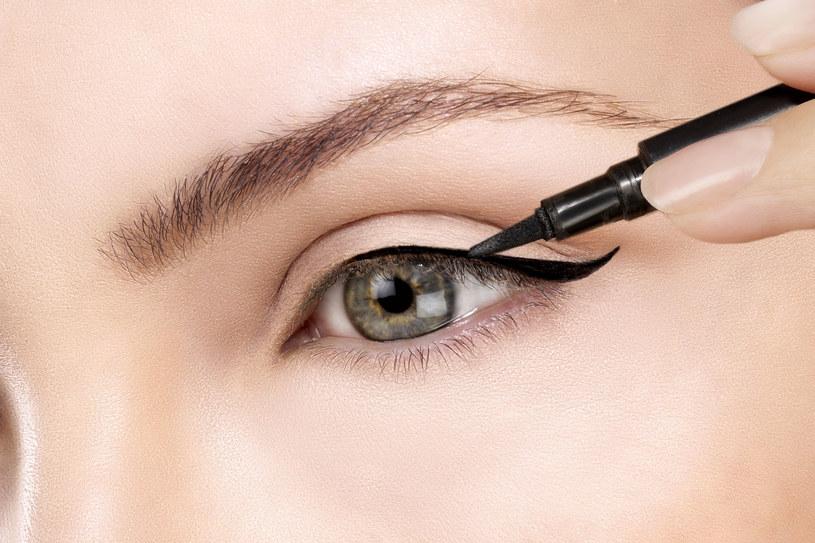 Kreska na powiece optycznie powiększy oko - zapewnia Ferreira /123RF/PICSEL