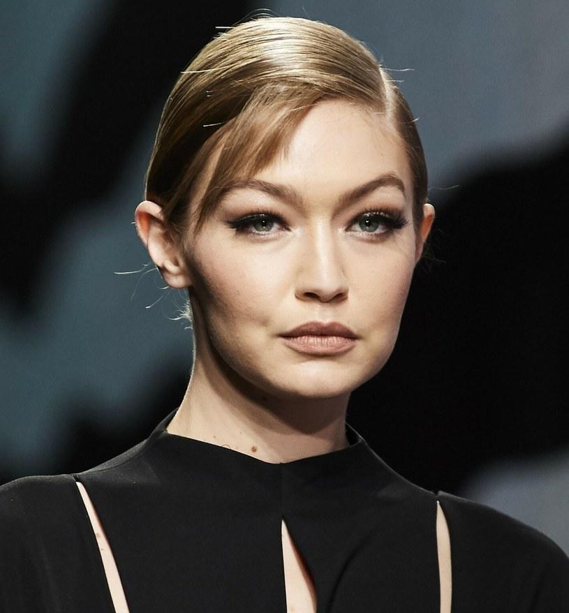 Kreski i ciemne cienie miękko połączone na górnej powiece otwierają optycznie oczy i sprawiają, że wydaje się one większe /Rex Fashion /East News