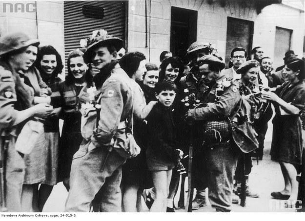 Kresowiacy z 5. DP w wyzwolonej Bolonii - 21 kwietnia 1945 r. /Z archiwum Narodowego Archiwum Cyfrowego