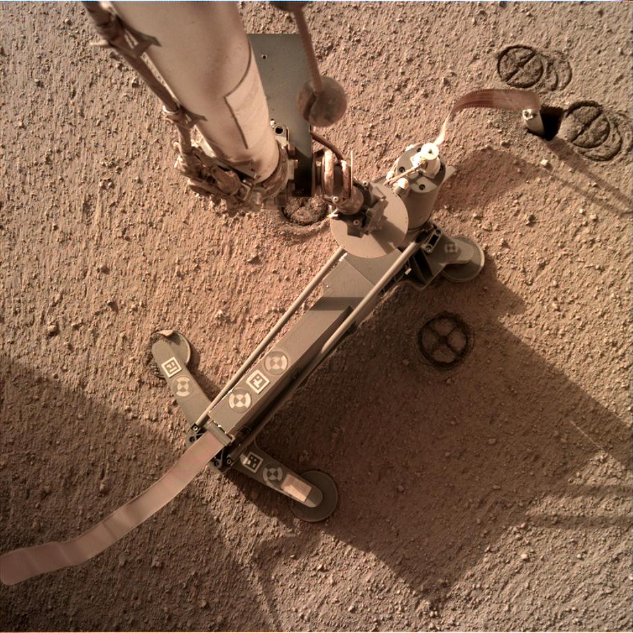 Kret i odstawiona struktura podtrzymująca, widać poprzednie ślady w miejscu, gdzie była ustawiona pierwotnie /NASA/JPL-Caltech /Materiały prasowe