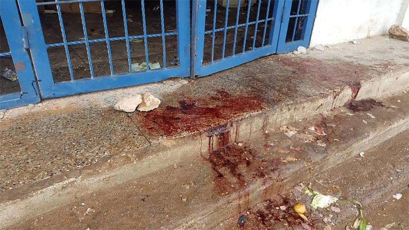 Krew na ulicy Cuidad Bolivar po jednym z protestów przeciwników prezydenta Maduro, podczas którego zginęly trzy osoby /Pableysa OSTOS / AFP /AFP