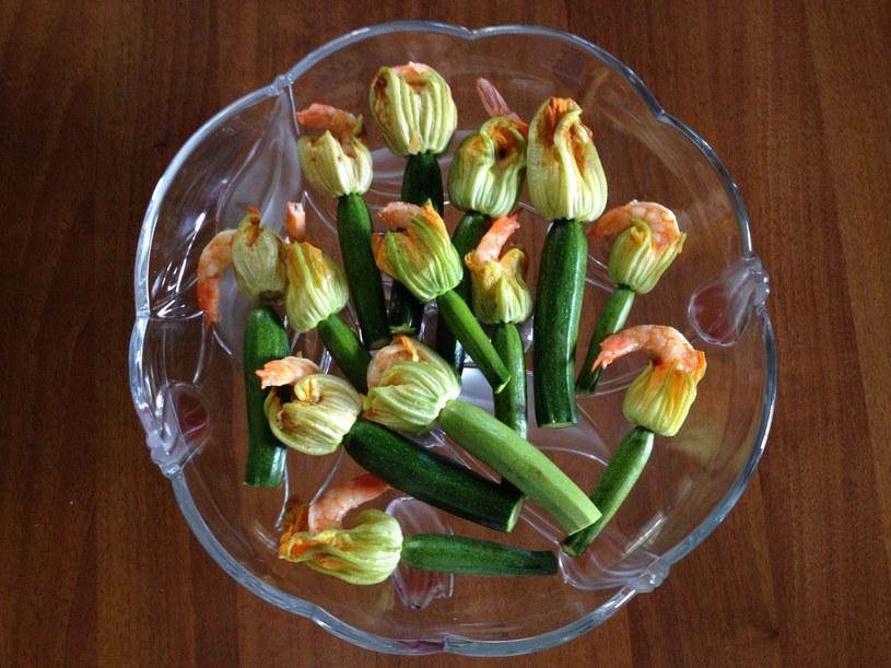 Krewetki zapiekane w kwiatach cukinii /materiały prasowe