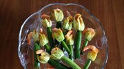 Krewetki zapiekane w kwiatach cukinii