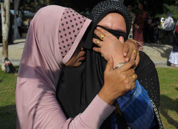 Krewne opłakują bliskich, którzy zginęli 11 lat temu/ Indonezja, 26.12.2015 /CHAIDEER MAHYUDDIN /AFP