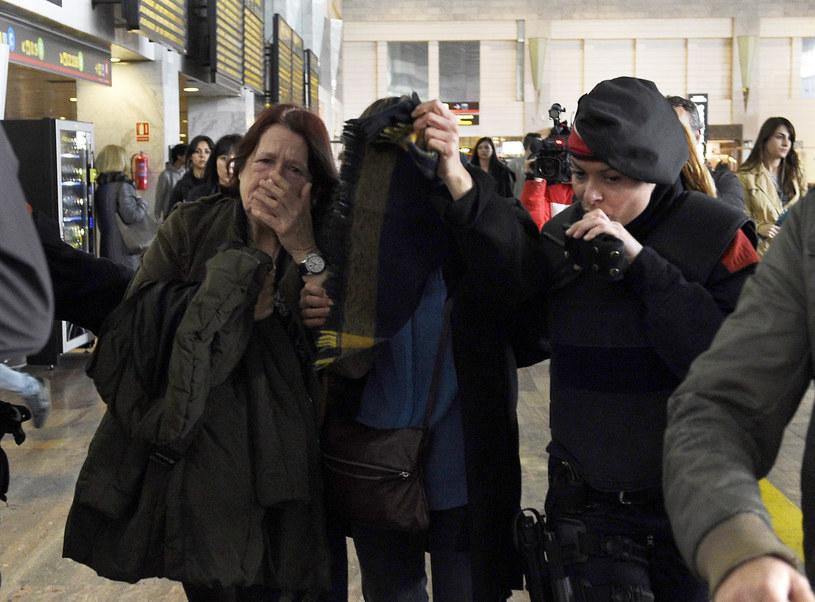 Krewni i przyjaciele ofiar na lotnisku w Barcelonie /AFP