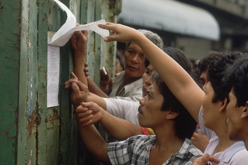 Krewni ofiar szukają nazwisk swoich bliskich na liście w siedzibie przewoźnika /Getty Images