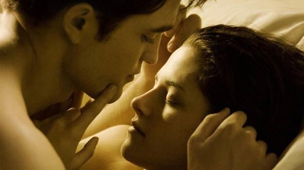 """Kristen Stewart i Robert Pattinson w scenie z filmu """"Saga 'Zmierzch': Przed świtem. Część 1"""" /materiały prasowe"""