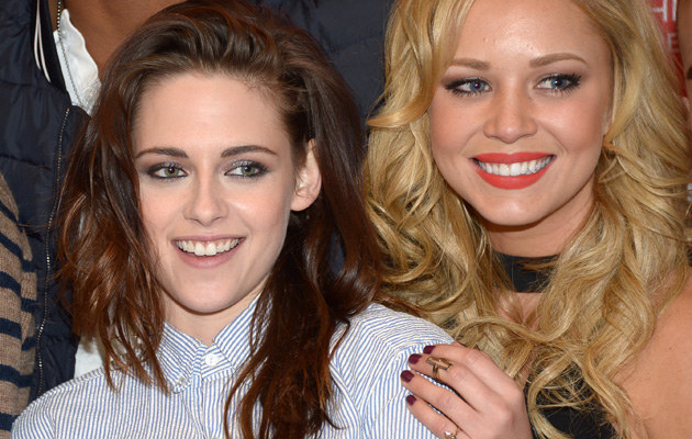 Kristen Stewart i Tara Holt na imprezie /Michael Loccisano /Getty Images