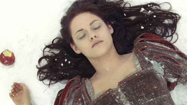 """Kristen Stewart w scenie z filmu """"Królewna Śnieżka i Łowca"""" /materiały dystrybutora"""