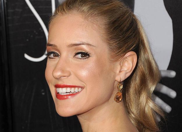 Kristin Cavallari nadała włosom objętości podkręcając je /Getty Images