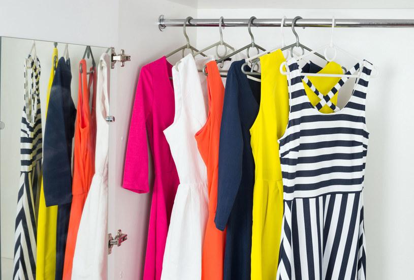 Krój sukienki może optycznie wysmuklić figurę i zatuszować jej mankamenty /123RF/PICSEL