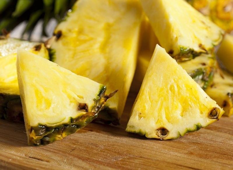 krojenie ananasa /© Photogenica