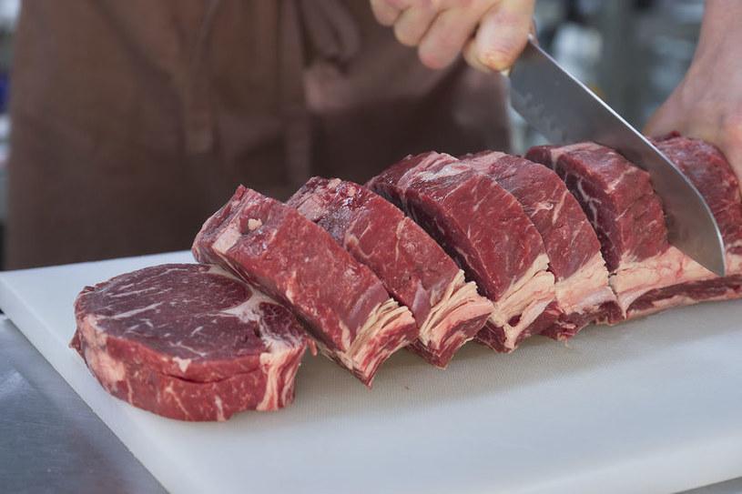 Krojenie mięsa ma wpływ na jego smak /123RF/PICSEL