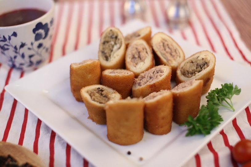 Krokiety z wędzonym boczkiem smakują idealnie jako przekąska na imprezach /123RF/PICSEL