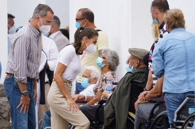 Król Filip VI i królowa Letycja podczas spotkania z mieszkańcami La Palma /RAMON DE LA ROCHA /PAP/EPA